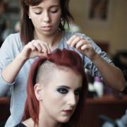 Stylizacja fryzury przed sesją zdjęciową