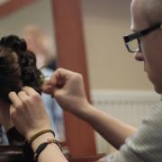 Podczas zajęć praktycznych w szkole fryzjerskiej