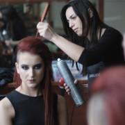 Przygotowanie modelki do sesji zdjęciowej